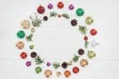 felülnézet, gyönyörű, fényes, színes baubles, tűlevelű gallyak, fenyőtobozok a fa felület, karácsonyi háttér