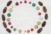 pohled shora krásné lesklé barevné ozdoby a šišky na dřevěný povrch, Vánoční pozadí