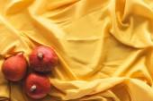 pohled shora podzimní tři dýně na žlutý ubrus