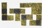 Draufsicht der getrockneten Nori Blätter isoliert auf weißem Hintergrund