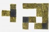 grüne getrocknete Nori Blätter isoliert auf weißem Hintergrund