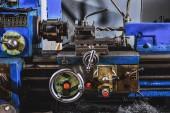 zblízka pohled průmyslových obráběcích strojů v továrně