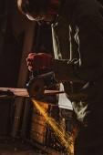Fotografie männliche Arbeiter in schützenden Googles Arbeit mit Kreissäge werkseitig konzentriert
