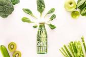 Fotografie plochý ležela s detoxikační nápoj a různé organické potraviny izolované na bílém s inspirací jak udělat dokonalý koktejl
