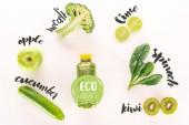 plochý ležela s detoxikační nápoj a různé organické potraviny izolované na bílém s nápisem eco produkt