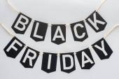 Black Friday Schriftzug auf Fahnengirlanden für Sonderangebot isoliert auf Weiß