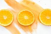 Fényképek a fehér felület a narancssárga akvarell három narancs darabokat-felülnézet