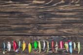felülnézet különböző csali elhelyezett sorban fából készült háttér