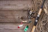 felülnézet, orsó, horgászbot, csali és halászháló, fából készült háttér
