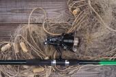 felülnézet horgászbot és halászháló, a fa deszka