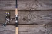kilátás a fenti horgászbot, a fa deszka, minimalista koncepció