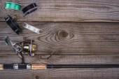 a fa deszka különböző tárcsa és horgászbot felülnézet
