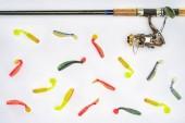 Fotografie pohled shora na rybářský prut a různé rybí návnady izolované na bílém