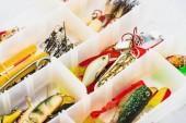 Fotografie Selektivní fokus rybářské náčiní a návnadu v plastové krabičce