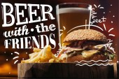 Fotografie chutné burger s Tureckem, hranolky a pivo s inspirací pivo s přáteli
