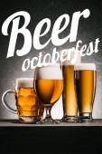džbán piva na šedém pozadí s nápisem piva Oktoberfest