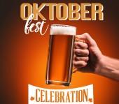levágott lövés ember tartja bögre hideg sör a narancssárga háttér oktoberfest ünnepe felirat
