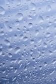 Fotografie Detailní pohled krásných klidných transparentní kapky na šedý abstraktní pozadí