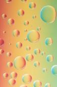 Detailní pohled krásných klidných transparentní kapky na barevné abstraktní pozadí