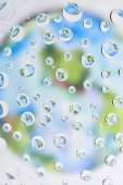 krásné čisté vody klesne na rozmazané pozadí abstraktní