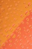 kiadványról átlátszó víz csepp a fényes vörös és narancssárga háttér