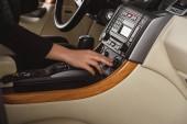 Schuss von Frau neue Auto Klimaautomatik einschalten beschnitten