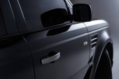 pohled z černé luxusní auta na šedém pozadí na plochu