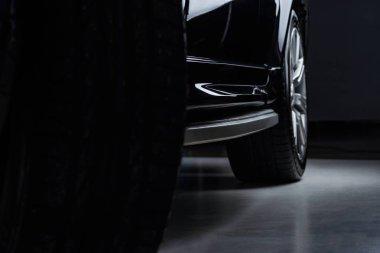 koyu arka plan üzerinde siyah otomobil parlayan görünümü lüks kapatın