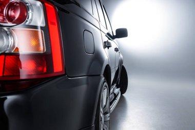 Lüks siyah araba arka far arka görünümü gri zemin üzerinde kadar kapatın
