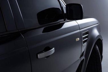 gri arka plan üzerinde siyah lüks araba görünümünü kapat