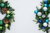 Fotografie pohled shora z borovice věnce s zelenou, modrá a stříbrná vánoční koule izolované na bílém