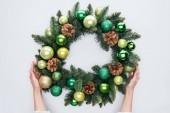 levágott lövés tartó Karácsonyi koszorú zöld játékokkal elszigetelt fehér női