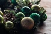 Fotografie pohled z borovice strom věnec s zelená vánoční koule na dřevěné pozadí na plochu
