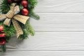 Draufsicht der Kranz mit Rot Weihnachten Spielzeug auf weißen Holzoberfläche
