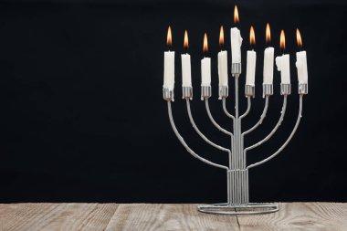 hannukah tatil kutlaması ahşap masa üstü izole üzerinde siyah, hannukah kavramı için mumlar ile Yahudi menorah görünümünü kapat