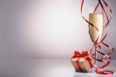 zár megjelöl kilátás a pohár pezsgőt és keresztkötés ajándék a szürke háttér