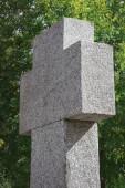 Selektivní fokus staré krásné pamětní náhrobní kámen ve tvaru kříže na hřbitově