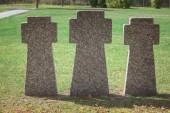 Fényképek Közelkép arculatának memorial kőkereszt sorban a temetőben elhelyezett