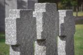 Fényképek szelektív összpontosít az emlékkő átlépi a sorban a temetőben elhelyezett