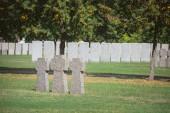 Fényképek sorban a temetőben elhelyezett azonos memorial Kőkeresztek