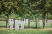 Fényképek sorok a temetőben elhelyezett régi memorial Kőkeresztek