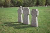 Fényképek sorban a temetőben elhelyezett régi memorial Kőkeresztek