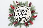fenyő fa koszorú, karácsonyi díszek, a happy new year 2019 betűkkel elszigetelt fehér középső felső nézetében