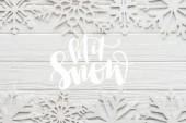 Fotografie byt ležel s dekorativní vločky na bílém pozadí dřevěná s nechat sníh nápisy