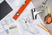 pohled shora stavební plán domovní instalace nástroje a kalkulačky na betonový podklad