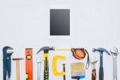 Fotografia vista superiore della tavoletta con vari strumenti che si trovano su bianco