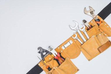 Araç kiti kemer beyaz izole çeşitli tamirci aletleri ile üstten görünüm