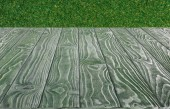 Photo  surface of dark green wooden planks on green grass background