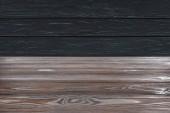 Vorlage aus braunem Holzboden auf schwarzem Plankenhintergrund
