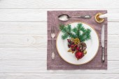 Photo flat lay with plate, fork, knife, spoon near wine glass on served table with table cloth